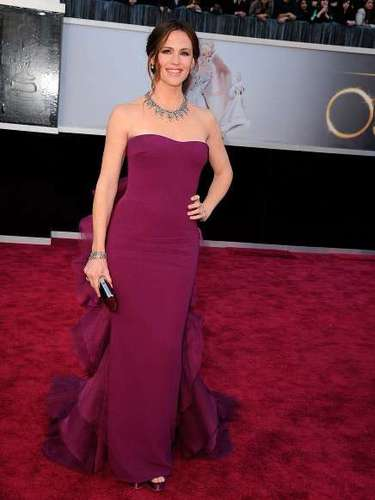 Jennifer Garner lució en la entrega de los Premios Oscar 2013 un vestido Gucci queaunque muy sencillo en la parte frontal resultaba favorecedor para su figura.