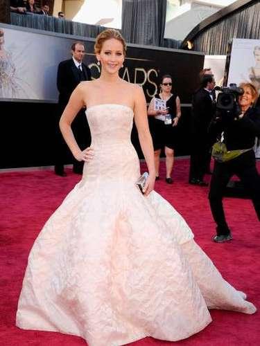 Jennifer Lawrence, !Simplemente guapísima! Lucióen un traje rosa pálido diseñado por Dior, un vestido largo y glamoroso muy acertado para la entrega que la consagró como la mejor actriz de 2013.