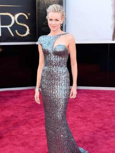 Naomi Watts, con un vestido de tonos metalizados y un complicado escote asimétrico, se vio absolutamente fabulosa guapa y elegante, al igual que sus joyas.