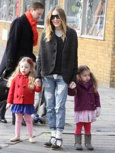 A sus 47 años, Sarah dedica la mayor parte de su tiempo a sus hijos. Un niño llamado James y sus gemelas Marion y Tabitha, con las que es habitual verla pasear.