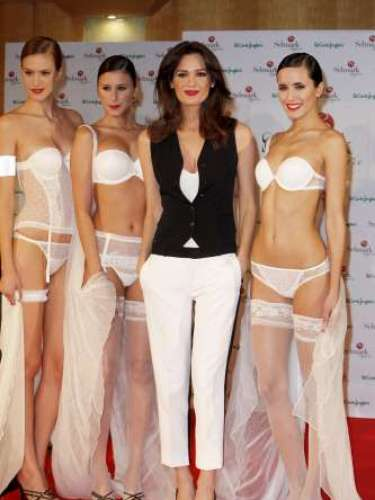 La maniquí ha escogido para la ocasión un look 'Black&white' con el que resaltaba su esbelta figura.