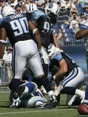 El 1° de octubre de 2006, en el tercer cuarto de un partido entre los Titans de Tennessee y los Cowboys de Dallas, el corredor Julius Jones anotó en una jugada por tierra. Cuando el centro Andre Gurode, de los Cowboys, cayó al suelo, su casco fue retirado por Albert Haynesworth, de los Titans, quien trató de pisar la cabeza de Gurode, pero falló.