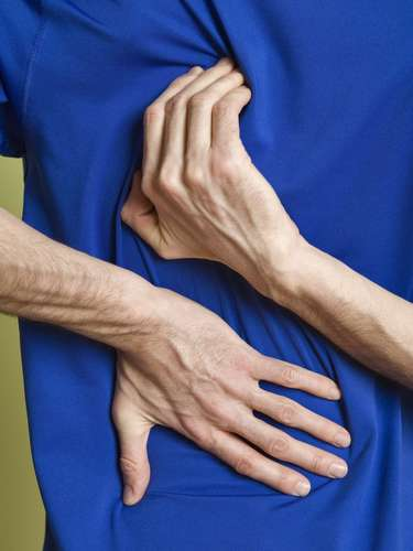 Tejidos irritantes y reacciones alérgicas: Ciertos tipos de tejidos son más propensos a causar picor y reacciones alérgicas. Telas de lana en particular pueden causar reacciones alérgicas, lo que llama de dermatitis de contacto. \