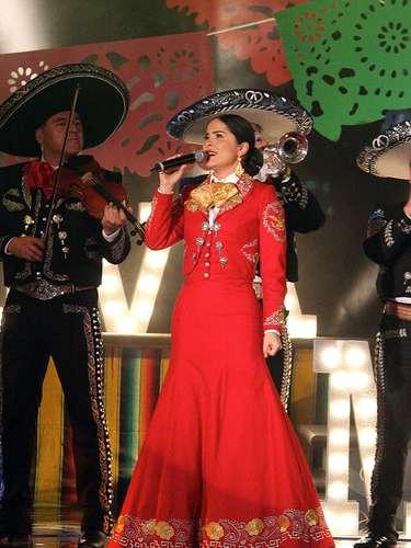 Danna García demuestra que tiene madera para el canto, entonando un tema acompañada con Mariachi en una escena de la telenovela \