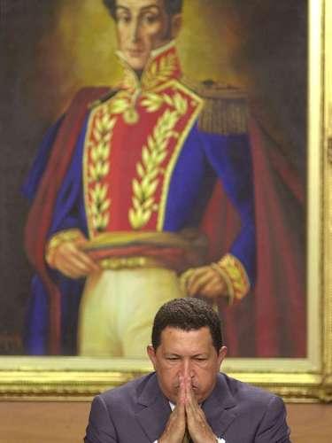 En esta fotografía de archivo, del 5 de diciembre de 2001, se ve al presidente venezolano Hugo Chávez gesticula ante una pintura de Simón Bolívar en un evento en el palacio presidencia de Miraflores en Caracas, Venezuela. El vicepresidente venezolano Nicolás Maduro anunció el martes 5 de marzo de 2013, que Chávez había muerto. (Foto AP/Leslie Mazoch, Archivo)
