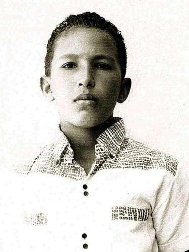 En esta fotografía sin fecha, dada a conocer por la oficina de prensa de la presidencia de venezuela, se ve a Hugo Chávez de jóven, una familiar en Barinas, Venezuela. El vicepresidente venezolano Nicolás Maduro anunció el martes 5 de marzo de 2013, que Chávez había muerto. (Foto AP/Oficina de prensa de Miraflores)