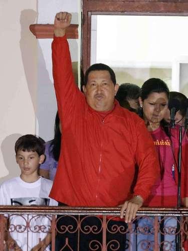 En esta fotografía de archivo del 7 de octubre de 2012, se ve al presidente venezolano Hugo Chávez saluda a sus seguidores desde el balcón del Palacio Presidencial de Miraflores en Caracas, Venezuela. El vicepresidente venezolano Nicolás Maduro anunció el martes 5 de marzo de 2013, que Chávez había muerto a los 58 años luego de luchar dos años contra el cáncer. (Foto AP/Fernando Llano, Archivo)