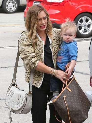 Hilary Duff, la artista estadunidense quién firmó un acuerdo con el estudio 20th Century Fox, para hacer una comedia hecha especialmente para ella que la devolvera a la pantalla pasea junto a su pequeño bebé de menos de un año de edad.