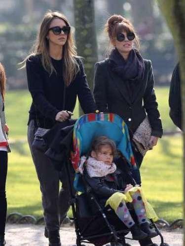 Jessica Alba paseando por París con su hija Haven Garner Warren.