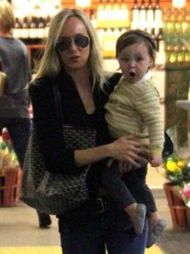 Kimberly Stewart, en el supermercadocon su hijo Delilah del Toro.