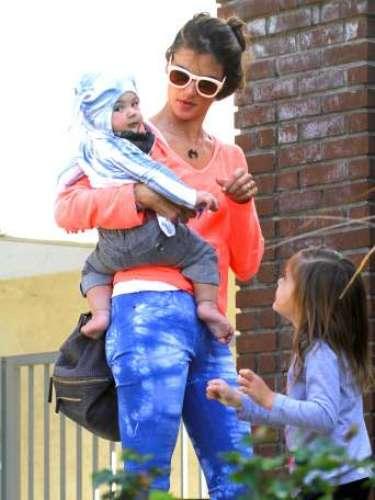 Alessandra Ambrosio, con sus dos hijos Noah y Anja.