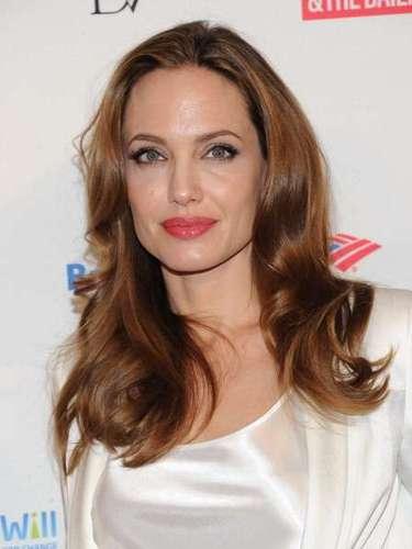 Angelina Jolie siempre se ha destacado por su belleza y su pelo es uno de los protagonistas a la hora de lucir bien en la alfombra roja. Después de pasar por varios estilos la actriz se ha decidido por este tono cobrizo que le aporta luz a su rostro. Para conservarlo humectado y evitar que se reseque Jolie usa tratamientos con aceites naturales y ampollas capilares. El spray para fijar es su gran aliado para lograr darle volumen a su cabello.