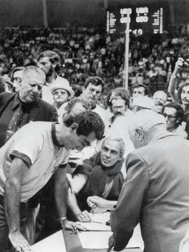 Los soviéticos tuvieron tres oportunidades para conseguirlo: en la primera fallaron, pero el reloj jamás avanzo. La segunda volvieron a fallar, pero William Jones, Secretario General de la FIBA, protestó y pidió que se volviera a jugar y la tercera, Aleksander Belov hizo buena la canasta. Estados Unidos protestó e incluso - hasta hoy- se negó a recibir la medalla de plata.