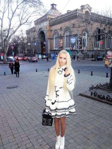 Valeria Lukyanova se graduóde una maestria de arquitectura.