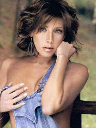 Cynthia Klitbo eligió un ambiente campirano para quitarse la ropa en la edición de marzo de 2009. La villana de las telenovelas explicó que se animó a posar desnuda porque la oferta económica fue muy generosa.