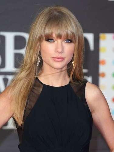 TTaylor Swift. Recientemente hubo muchos rumores acerca de que la cantante se había operado esta zona de su cuerpo, aunque mucho antes ella comenzaba a lucir outfits con escotes que iban muy acorde con su tipo de busto. Nuevamente Taylor Swift pone de manifiesto las bondades de un cuello redondo sobre un busto pequeño.