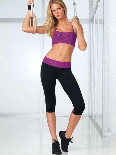 En cuanto a su rutina de ejercicios incluye dos entrenamientos diarios con cardio, yoga que le ayudan a mantener sus encantadoras. También le gusta correr.