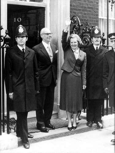 Margaret Thatcher Saluda durante su llegada a Downing Street para asumir funciones como primer ministra en 1979.