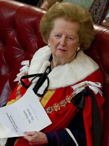 En esta fotografía, la también baronesa Thatcher espera a la reina Isabel en la Casa del Parlamento para su sesión inaugural en el año 2000.