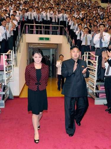 El líder de Corea del Norte Kim Jong Un acompañado de su esposa Ri Sol Ju, una hermética primera dama.
