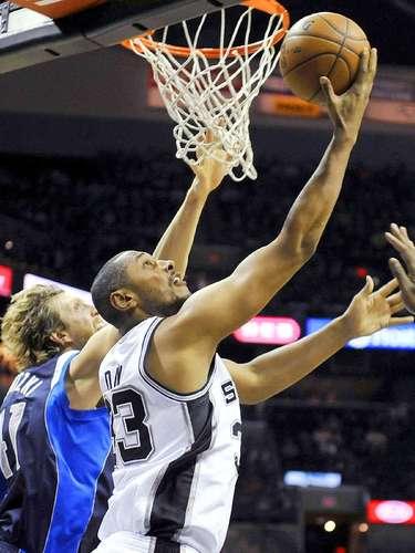 Mavericks vs. Spurs:Boris Diaw encesta el balón ante la mirada deDirk Nowitzki.