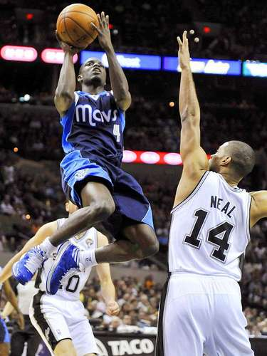 Mavericks vs. Spurs:Darren Collison dispara a la canasta ante la marca deGary Neal.
