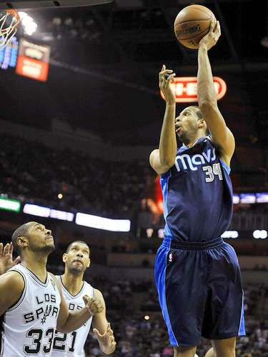 Mavericks vs. Spurs:  Brandan Wright (34) dispara a la canasta ante la marca de Boris Diaw (33) y Tim Duncan (21).