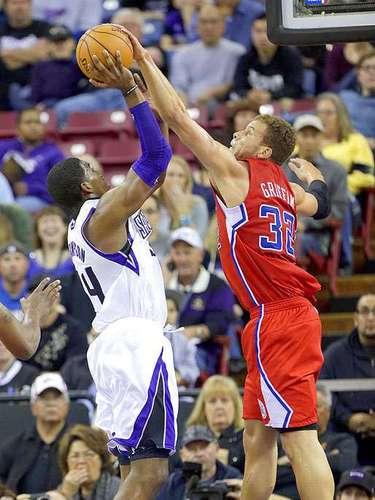 Clippers vs. Kings:Blake Griffin intenta bloquear el disparo deJason Thompson.