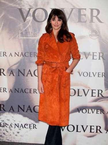 Penélope Cruz estuvo en España promocionando la película Volver a nacer y lo hizo con un nuevo look: chasquillas, pelo más liso y oscuro. Además de un llamativo abrigo en color naranja, olvidando los sexys vestidos. ¿Qué opinas de su nuevo look?