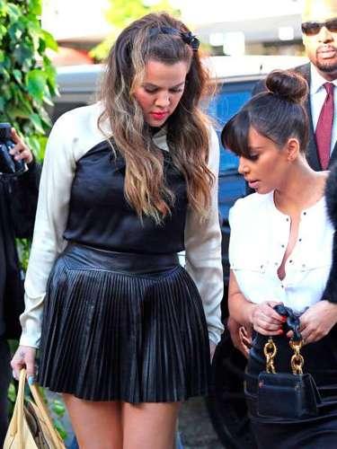 Como siempre Kim estaba acompañada de su familia. Aquí con su hermana Khloe en Los Ángeles, California. Marzo 21 2013.
