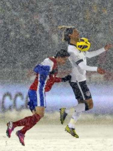 Aun con las condiciones de nevada, el partido en el primer tiempo resultó ser muy intenso y de buena dinámica.