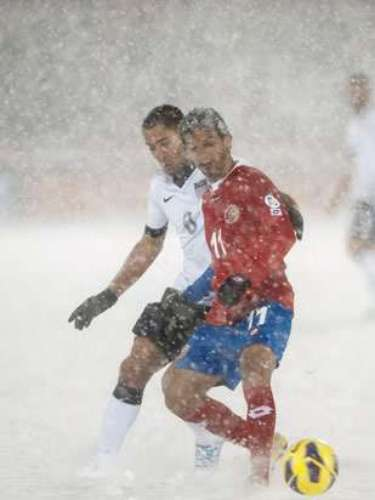 La prensa costarricense reaccionó con enojo luego de la caída por 1-0 de su combinado ante Estados Unidos en Denver, Colorado, encuentro que se jugó ante una impresionante nevazón, la cual dificultó la visibilidad incluso dentro de la cancha.