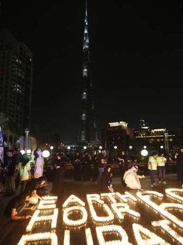 En Dubai el escenario no fue diferente. Con velas, los residentes armaron la frase célebre de la campaña y entre aplausos vieron como, uno a uno, los edificios más representativos apagaban sus luces y avisos luminosos.