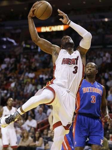 LeBron James anotó 29 puntos y Dwyane Wade sumó otros 19 para que el Heat de Miami extendiera su racha de victorias consecutivas a 25 al sacar el triunfo por 103-89 sobre los Pistons de Detroit.