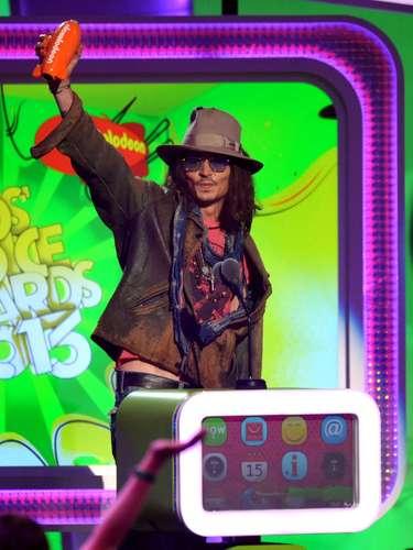 Y por supuesto, no podía faltar Johnny Depp que siempre es galardonado en los Kids' Choice Awards 2013. ¿Porqué será?