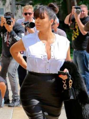 Kim no ha renunciado ni a las ajustadas faldas de tubo, ni al cuero