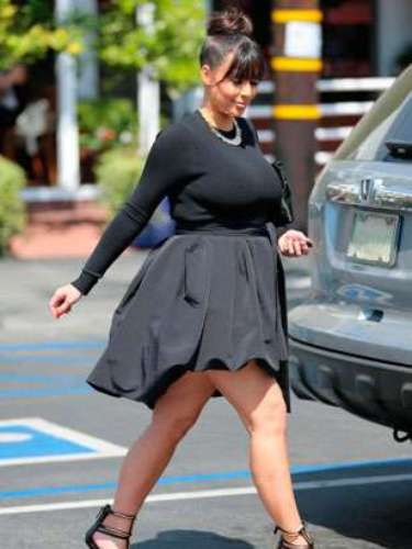Kim Kardashian no se resiste a bajarse de sus kilométricos tacones