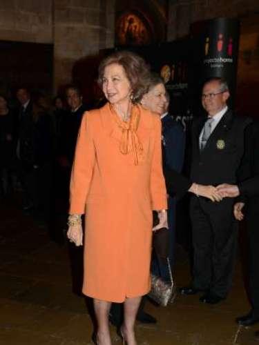 ...aunque Doña Sofía no olvida su papel de madre. Por ello, ha mostrado en público su completo apoyo a su hija Doña Cristina. Una decisión que no ha sido bien vista por todos los ojos.