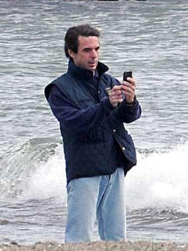 Como un ciudadano más, el expolítico disfrutó captando a sus mascotas con el teléfono móvil. Unas instantáneas que, imaginamos, enseñó más tarde a Ana Botella, quien no le acompañó en su paseo.