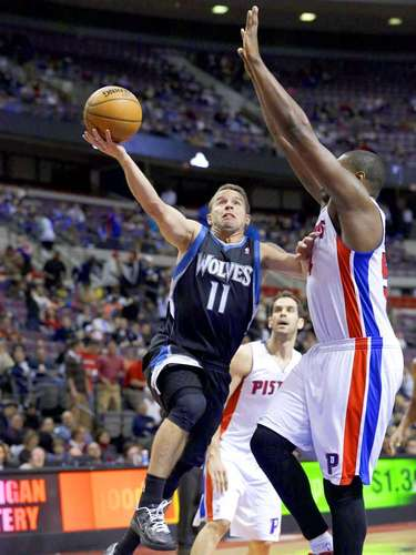 Timberwolves vs. Pistons:JoséBarea (11) intenta un disparo ante la marca deJason Maxiell.
