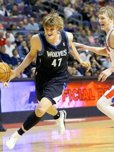 Timberwolves vs. Pistons:Andrei Kirilenko (47) dribla y escapa de la marca deKyle Singler.