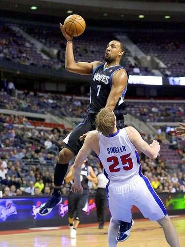 Timberwolves vs. Pistons:Derrick Williams (7) penetra ante la marca deKyle Singler (25).