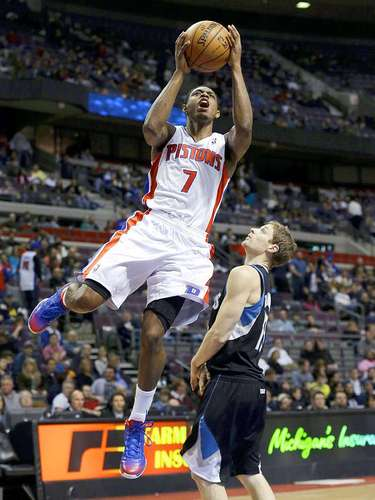 Timberwolves vs. Pistons: Brandon Knight (7) intenta un disparo ante la marca de Luke Ridnour (13)
