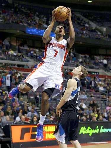Timberwolves vs. Pistons:Brandon Knight (7) intenta un disparo ante la marca deLuke Ridnour (13)
