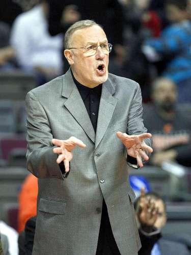 Timberwolves vs. Pistons: Elhead coach Rick Adelman da instrucciones a sus jugadores ante Detroit.