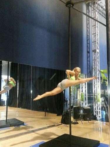 """Coco toma clases de baile de tubo y asegura que este difícil movimiento se llama """"split de tubo""""."""