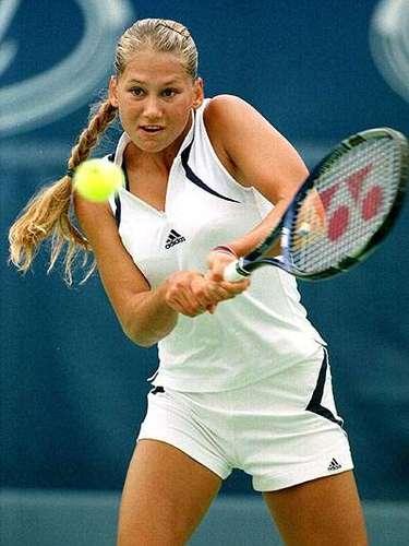 Kournikova de 31 años, nació en Moscú y desde los nueve añlos ingresó a la academia Nick Bollettieri en Florida, misma academia donde salieron glorias del tenis como Andre Agassi y Monica Seles.