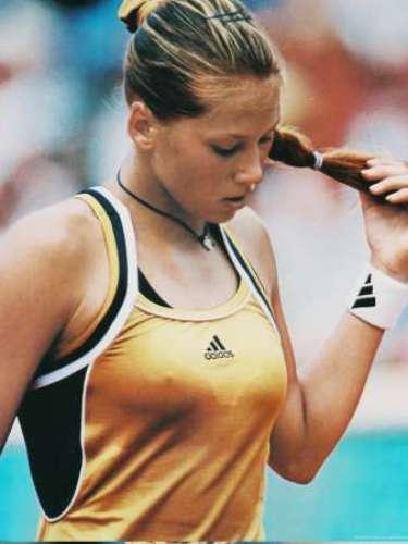 La rusa, Anna Kournikova, aunque no tuvo tanta suerte en su carrera como tenista, fue la pionera en explotar su imagen y darle un toque sensual ql tenis que no tenía en antaño.