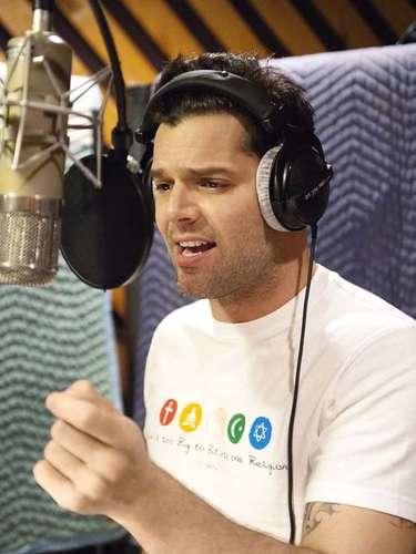 El boricua Ricky Martin es otro famoso que en algunas entrevistas para televisión ha mostrado su cualidad de zurdo.