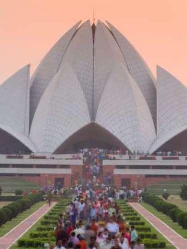 La capital de India, DELHI, destaca en la lista por densa poblaciónde 20, 995, 000 habitantes. Contiene la nueva ciudad de Nueva Delhi, la cual ha dejado de ser un área urbana distinguible pero contiene la mayoría de las instituciones administrativas del gobierno nacional y es considerada formalmente la capital.